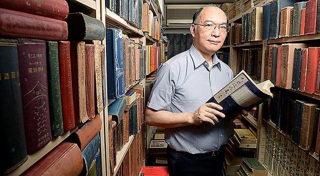 都内の自宅マンションの12畳の部屋は、「広辞苑」から非売品の「警察隠語類集」まで辞書6千冊がぎっしり。愛着ある国語辞典「言海」だけで260冊。国会図書館にもない辞書を求め、名だたる言語学者が調査にや