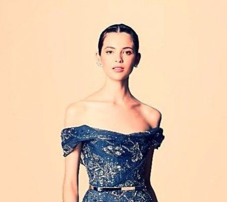 Бисерные платья Marchesa  Английский бренд делает вечерние наряды, что напоминают произведения искусства. Эти модели, воплощённые в нежном шёлке и искусном декоре, просто завораживают модниц.  РОСКОШЬ  Недавно главные дизайнеры фирмы, Карэн Крэйг и Джорджия Чепмен, выпустили коллекцию по мотивам фильма Мартина Скорсезе «Казино». Изысканные платья Marchesa пронизаны атмосферой роскоши ночного Лас-Вегаса 80-х. Каждый наряд отделан большим количеством интересных деталей: бахрома, перья, бисер…
