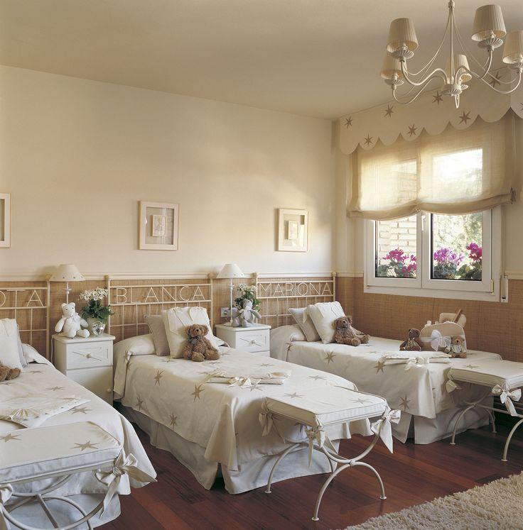Habitación infantil con tres camas en paralelo