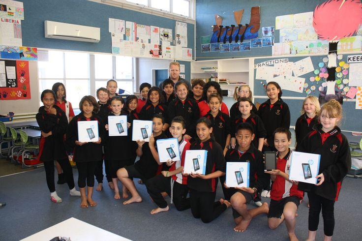 Dan Chapman and his class at Rhode Street School in Hamilton, with their HP Slate 7 prizes.