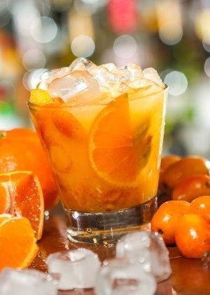 1/2 tangerina espanhola cortada em fatias finas 3 seriguelas maduras e com caroço 1 colher(es) de chá de açúcar gelo a gosto 75 mililitro (ml) de cachaça branca. Corte a metade da tangerina em fatias finas, coloque-os no copo com a seriguela (com caroço e tudo) e junte o açúcar. Macere suavemente até obter um bom sumo. Acrescente o gelo até a borda, despeje a cachaça e misture.