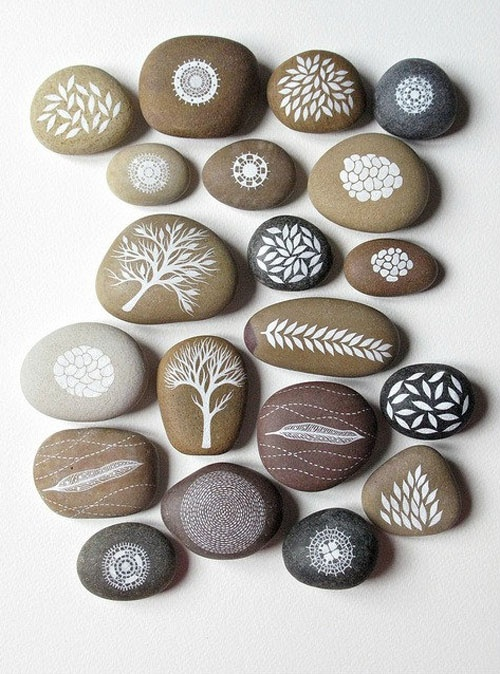 Like these natural colours on the stones. Pebble painting