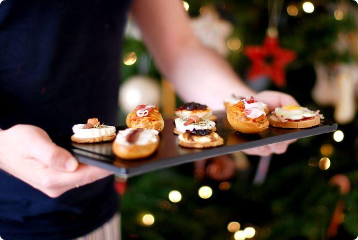 Canapés variados para fiestas                                              Canapé de queso fresco y salmón Canapé de queso y anchoas sobre pan de ajo Canapé de cebolla caramelizada y queso de cabra Canapé de rulo de cabra con confitura de pimiento rojo Canapé de tomate y jamón Canapé de jamón con huevos de codorniz