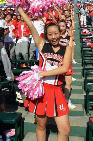 【浦和学院】グラウンドの浦和学院ナインに笑顔でエールを送るチアリーダーFire Reds!