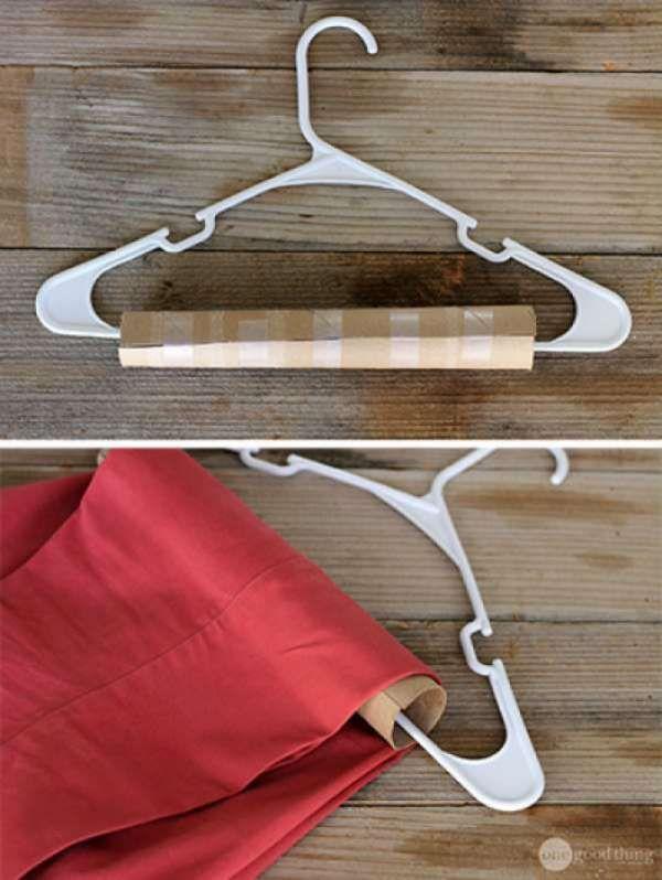 Gardez vos pantalons bien repassés en ajoutant un rouleau en carton au cintre.  12 Rangements astucieux à faire avec des rouleaux de papier toilette