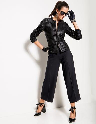 Lederjacke aus Ziegenleder, Weite Hose, Lackpumps mit Bindeband, Armband mit Strass, Damen Sonnenbrille