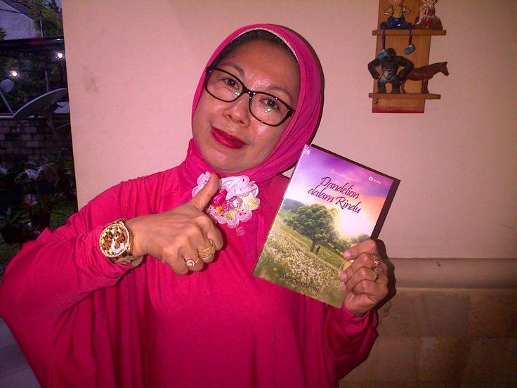 Isye Sukmara bersama bukuku DdR