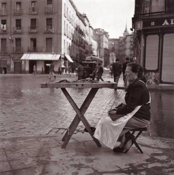 Vendedora de churros en la calle Toledo. 1950 Foto Catalá-Roca. Fuente Madrid Antiguo