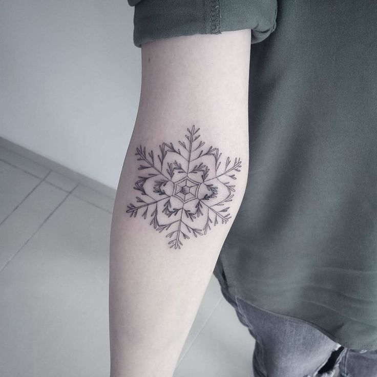 Tattoo By Patrick Cornolo: Best 25+ Small Snowflake Tattoo Ideas On Pinterest
