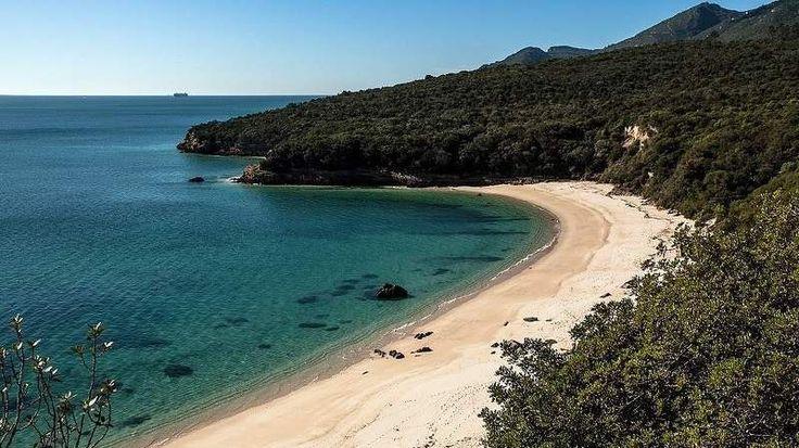 Vous êtes entrain ou vous contez visiter Lisbonne et vous voulez aller à la plage? Voici le top 10 des plus belles plages de la région de Lisbonne