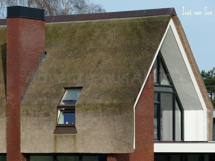 HOOG design: nieuw gebouwde, eigentijdse boerderij aan de rand van natuurgebied de Maashorst in Elshout- Brabant- Nederland. Het rieten dak, zwart hout en schuine hoge ramen maken het tot een authentiek familiehuis.