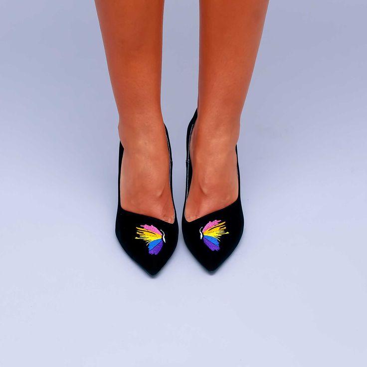 Pantofii de damă Mineli Butterfly sunt realizați dinpiele camoscio brodată in culori vibrante,înnobilează atât ținutele…