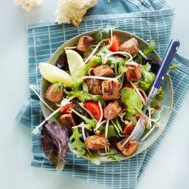 Voeg paddenstoelen toe. Recept -   Salade met ossenhaaspuntjes - Boodschappenmagazine