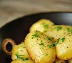 Davetlerinizde yada et yemeklerinizin yanında servis edebileceğiniz çok nefis ve pratik bir aperatif Tereyağlı Patates Tarifi