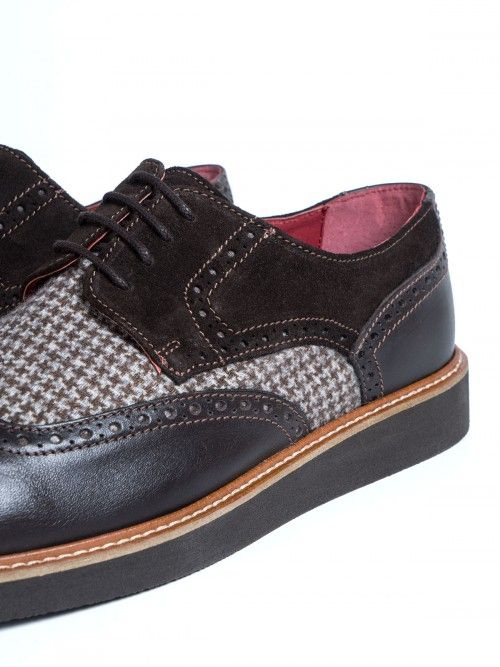Zapato en piel marrón y de alta calidad, confeccionado artesanalmente en España. Un diseño con inserto de lana y de pata de gallo, que aportará elegancia y sofisticación a tu look. Cierra con cordones en color marrón y suela también marrón. www.soloio.com   #manshoes #shoes #madeinspain #shoesfromspain #menstyle #outfitdetails #derby #derbyshoes