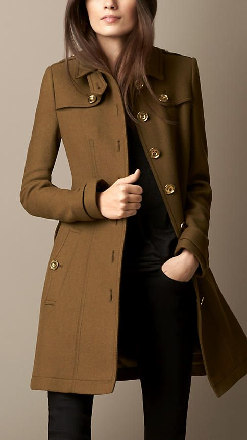 A modern interpretation of the iconic trench coat cut in a fitted silhouette. Crafted in a double wool blend twill, the coat is finished with metal buttons. Inspired by the original Burberry trench coat, heritage features include epaulettes, double gun flap and a belted waist.