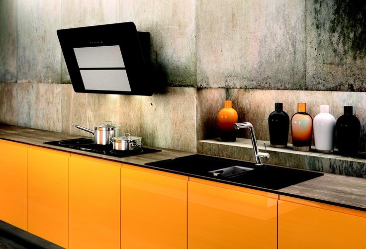 In zo'n oranje-gele keuken springt de design afzuigkap bijzonder mooi in het oog.  Foto: Maris van Franke