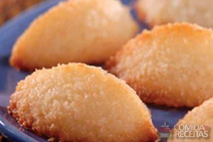 Receita de Cocada de casquinha - Ingredientes: 1 embalagem de coco ralado (100 g); ½ xícara (chá) leite de coco; 1 xícara (chá) açúcar; 2 claras.