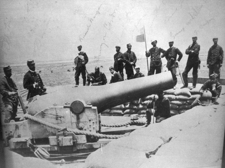 Oficiales chilenos junto a cañón fue usado por los defensores de Lima en la batalla de Miraflores (15-01-1881). Posteriormente el cañon fue destruido - Wikimedia Commons
