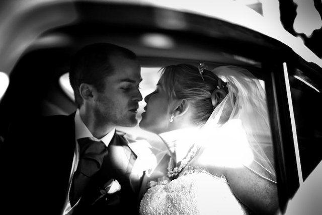 photo de mariage en noir et blanc: bisou des mariés