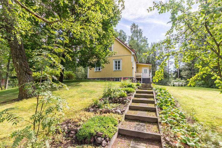 Upealla joenrantatontilla oleva v. 1935 rakennettu hyväkuntoinen talo. Talo käsittää: Alakerrassa tupakeittiö puuhellalla, makuuhuone, olohuone takalla ja kuisti. Yläkerrassa  makuuhuone ja rakentamat