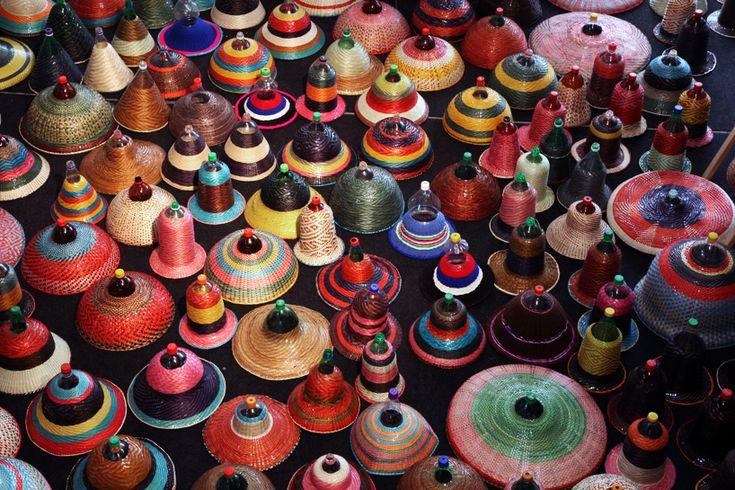 A műanyagflakonok újrahasznosítására számtalan remek ötlet született már: a seprűtől kezdve a fali mozaikon át az öntözőberendezésig sok mindent lehet készíteni belőlük. Alvaro Catalan például szemet gyönyörködtető, színes lámpaburákat kezdett gyártani a kiürült...
