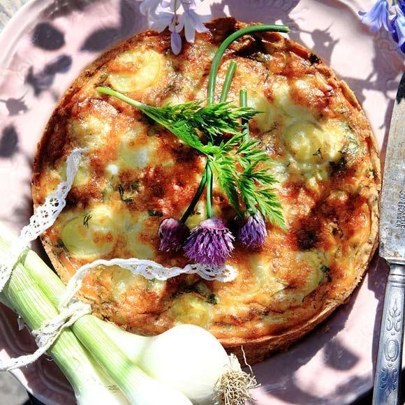 Matig paj med färskpotatis, lök, örter och Västerbottensost. Pajen är god varm, såväl som kall. Och fungerar lika bra som ensamrätt som tillbehör till rökt fisk, kallskuret eller på sommarens sillbord.