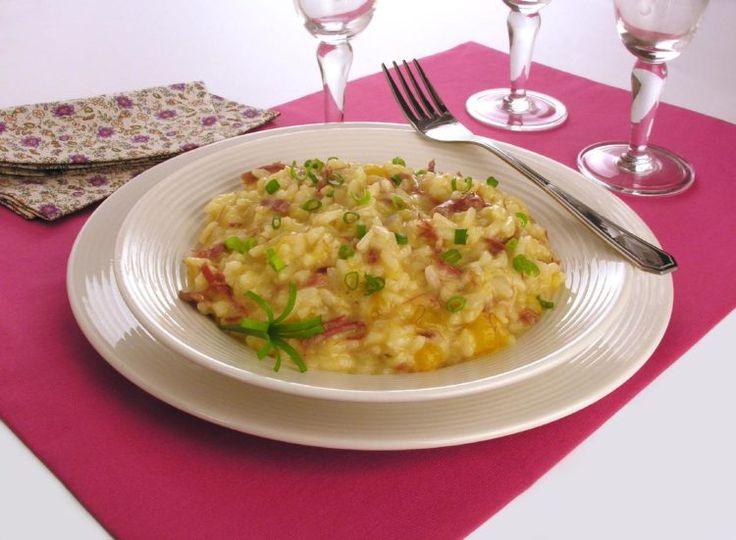 receita de risoto de abóbora com carne-seca, colocado em um prato branco