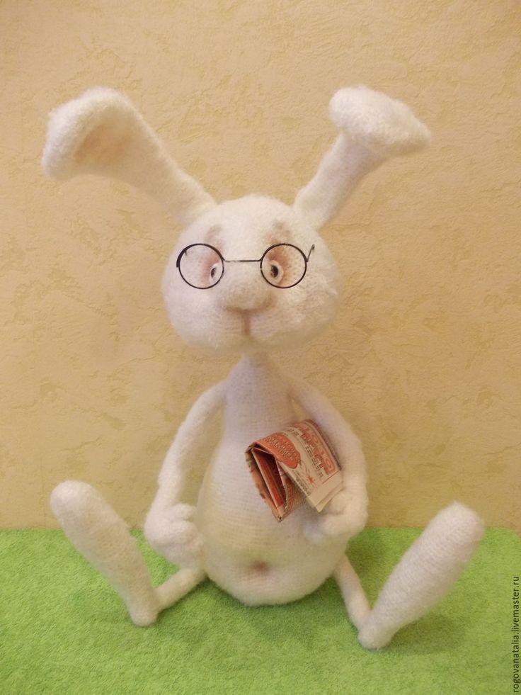 Купить или заказать 'Самый умный кролик' в интернет-магазине на Ярмарке Мастеров. Кролик связан крючком из белой пряжи adelia 'Valeri'. Наполнитель синтепон. Игрушка имеет проволочный каркас. Не предназначена для частого сгибания и разгибания. Глазки пластиковые. Небольшая тонировка косметикой. Особое выражение мордочки придают металлические очки. Работа выполнена по мк Перцевой.С. www.livemaster.