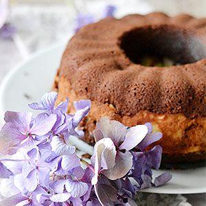 Saftiger Schokoladen-Gugelhupf mit Käsekuchen-Füllung | schmecktwohl