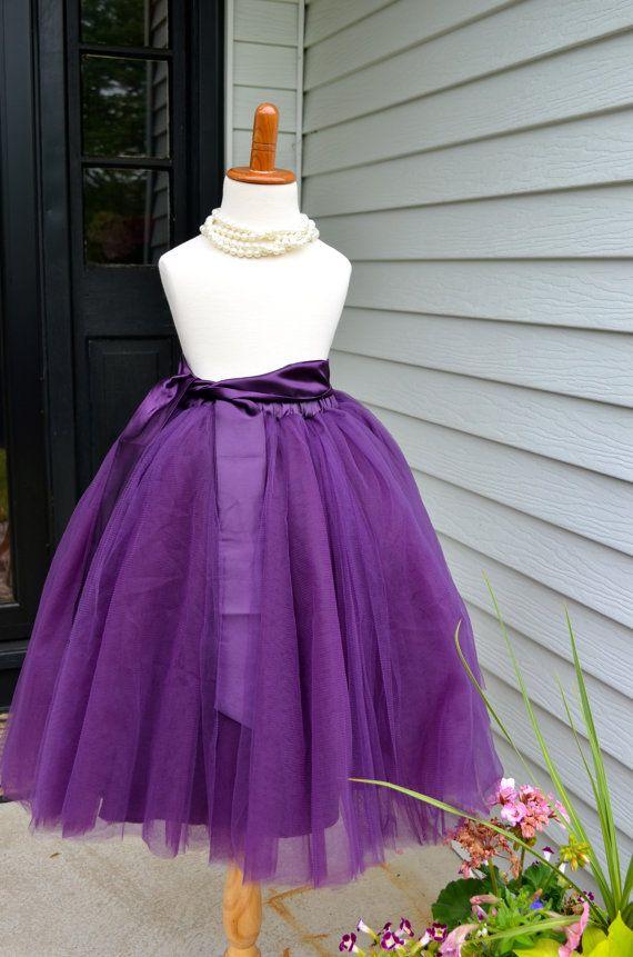 Impresionante largo cosido (no ligada) falda de tul para su pequeña princesa. La falda está hecha con capas de la más alta calidad púrpura de tul, totalmente forrado con satén, tiene un elástico en la cintura y una faja de Satén (tu elección de color). Se trata de una falda de longitud (dependiendo de su altura) completo, de piso. Este listado es para la falda con fajín sólo.