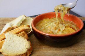 La zuppa di cipolle è un classico della cucina francese ed un ottimo ed economico piatto vegetariano. La ricetta viene direttamente dalla mia mamma, france