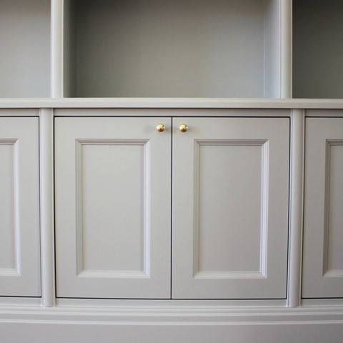 Bokhylla Karlavägen. #torstengrunkab #bokhylla #platsbyggd #connymoquist #sekelskifte #interiordesign #cabinet #bookcase