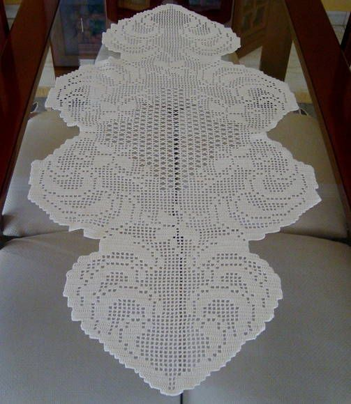 Caminho de mesa em crochet filet, confeccionado com linha Pingouin 1000,  cor 4 (bege) R$ 130,00