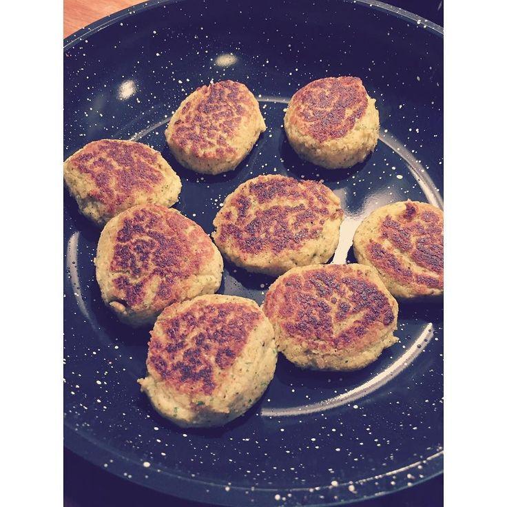 Så steges der hjemmelavede falafler på min nye babyblå keramiske pande fra Aldi  #aldi #falafel #meatfree #dairyfree #dairyfreefood #vegetarian #veggies #kikærter #chickpeas #sygeplejestuderende #svendborg by lucazofie