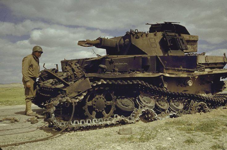 Американские солдаты осматривают уничтоженный немецкий танк Pz.Kpfw.IV. Тунис, долина Эль-Геттар Источник – waralbum.ru - Как воевал самый массовый танк Гитлера | Военно-исторический портал Warspot.ru