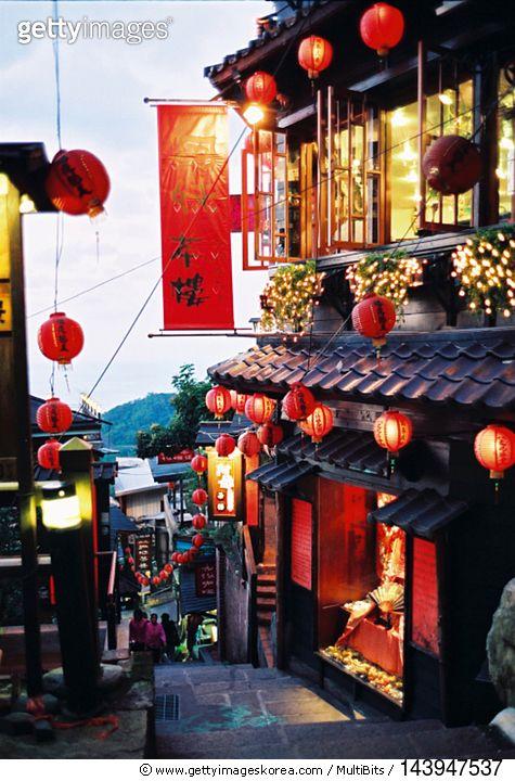 대만 지우펀 티 하우스의 밤 Jiufen Tea Houses Taiwan at night (Photo by young.orange)…