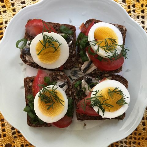 One of the all times favorite: kiluvõileb. Open face sandwich with European sprat, tomato, boiled egg and dill (scallions are awesome also). What is you favorite topping on a slice of bread? #tiredofwhitebread #estoetno #wholegrain #wheatfree #fermentedfoods #feedfeed #fermentedbread #naturalleaven #atleats #atlfoodie #discoveratl #foodphotography #healthyeating #cookinglight #ryebread #sourdoughbread #estonianfood @aefarmersmarket @lilburnfarmersmarket