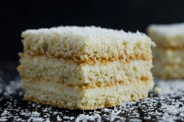 La torta al cocco con caffè e cioccolato bianco è un dolce ricco, pieno di sfumature che insieme trovano una perfetta armonia. Ecco la ricetta