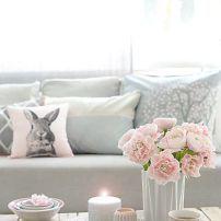 mesa del salón flores y velas