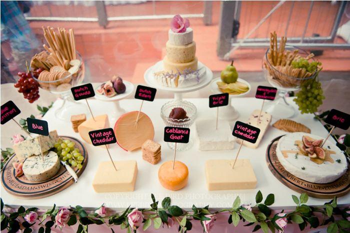 Buffet de fromage pour une réception de mariage.