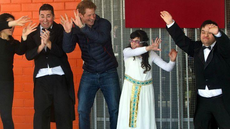 Fogyatékkal élő gyerkőcökkel ropta Harry herceg http://www.nlcafe.hu/sztarok/20140630/harry-herceg-fogyatekkal-elo-gyerekeket-latogatott-chileben/