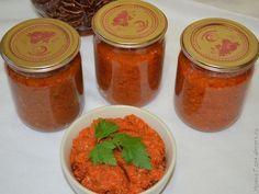 Морковная икра получается остренькой и отлично подойдет к блюдам из мяса, макаронам, рису. Если вам не нравится вкус вареной моркови – вы его там не почувствуете.