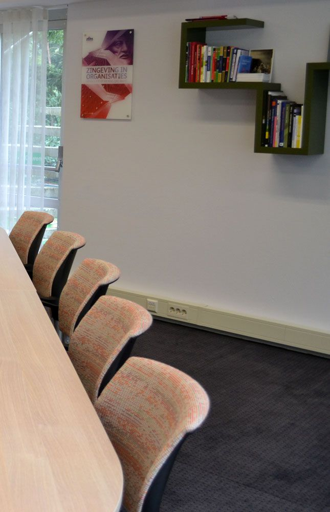 Ontwerp Binnenkijken Interieuradvies. Directiekamer Nim Nijmegen. Maatwerk boekenplank groen - green. Stoffering stoelen Ploeg.
