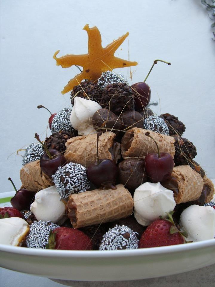 postre navideño para los niños de la casa, con frutillas, merengues, cerezas, cubanitos rellenos y trufas.