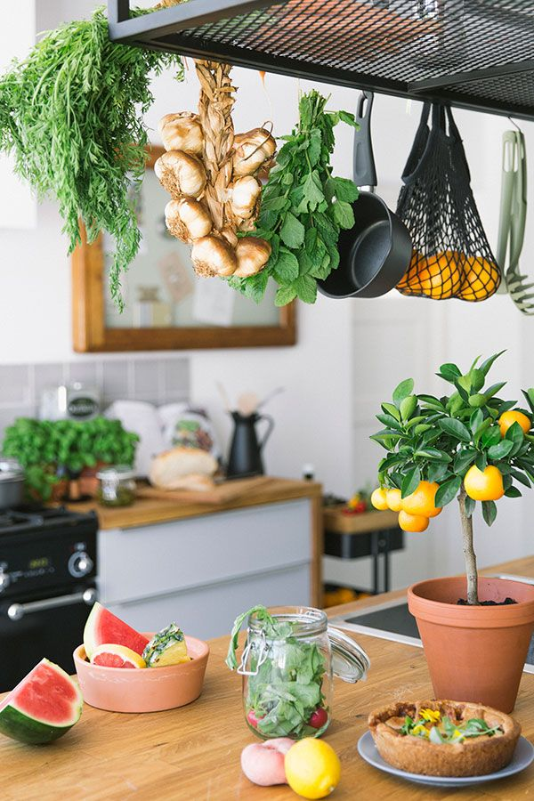 Kookfanaten hebben een assortiment aan kruiden en smaakmakers om de sterren van de hemel te koken. Hang je verse kruiden aan touwtjes bij elkaar aan een rek, plank of prikbord. | STUDIObyIKEA IKEA IKEAnl IKEAnederland HowTo HowToStyle Keuken Koken Opruimen Opbergen Stylen Styling Tip Tips FINTORP Draadmand Mand