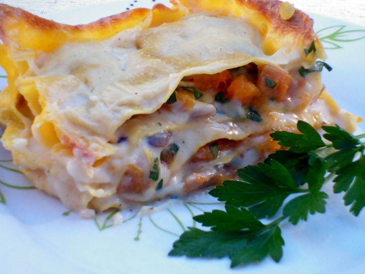 Lasagne zucca e funghi, un gustoso primo piatto vegetariano dalla preparazione molto semplice, preparate con besciamella fatta in casa senza burro