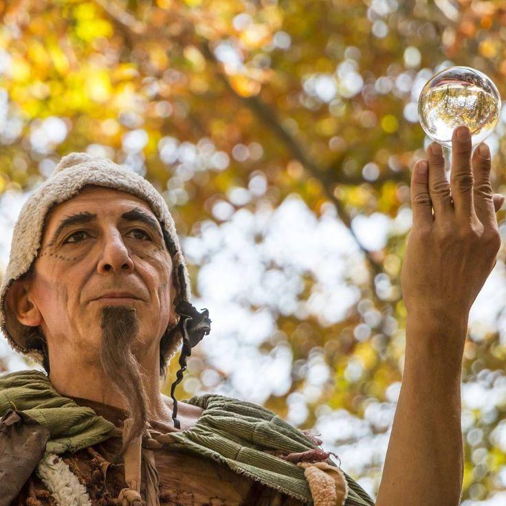 ¡El hombre de los zancos que adivina el futuro en el mercado medieval! #sanantolín15 #sanantolin15 #concurso #palencia