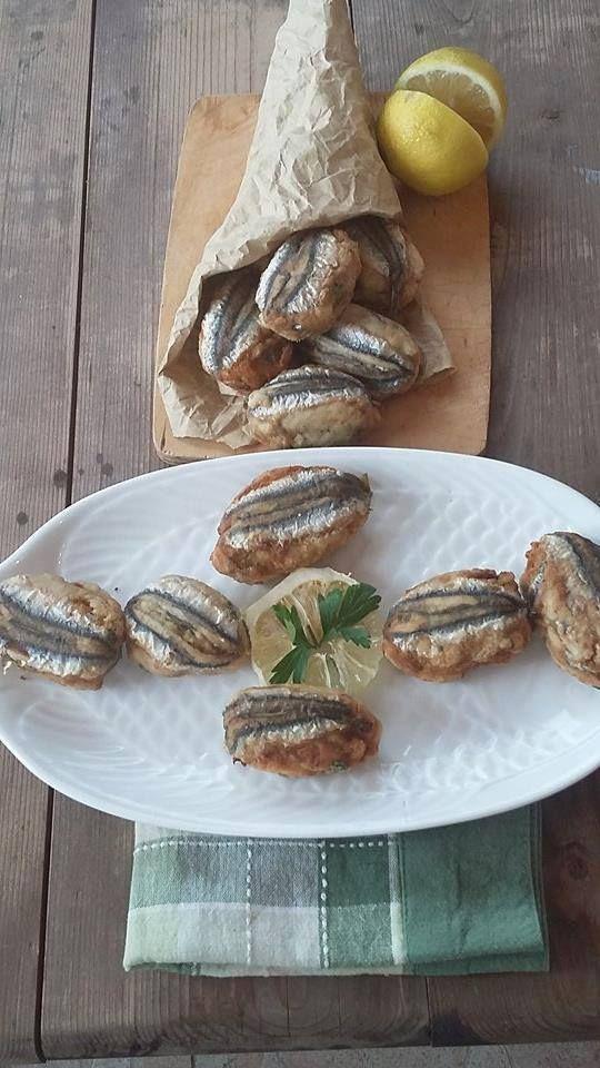 Caro diario, nel mio blog ci sono numerose ricette a base di pesce, è ci0' che più amo cucinare! Tra i pesci che prediligo ci sono le alici. La pesca delle alici rappresenta ancora oggi una fonte di sostentamento per i pescatori del Salernitano e della costiera amalfitana. Essa è praticata ancora con metodi