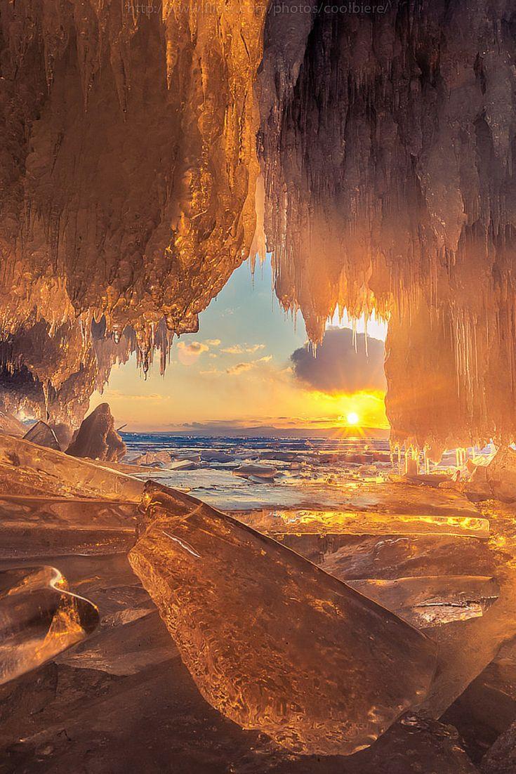 Cueva del fuego, lago Baikal, Rusia - Una gruesa capa de hielo con grietas finísimas, montículos enormes, cuevas heladas